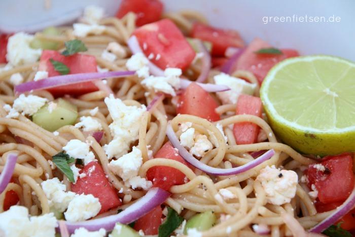 Spaghetti-Salat mit Melone, Feta & Minze - Perfekt für heiße Sommertage!
