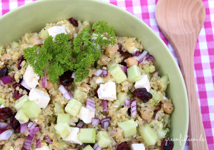 Herzhaft-süßer Sommersalat mit Bulgur, Feta & Cranberries {Rezept}