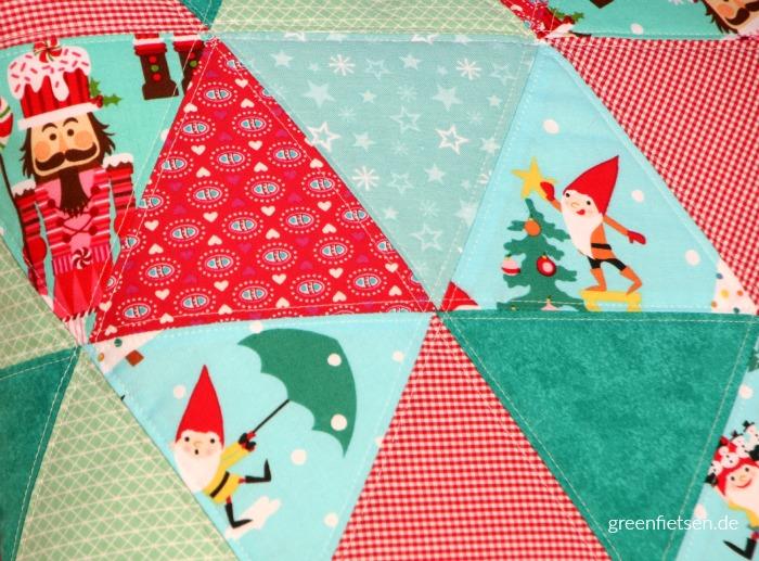 """Weihnachtliches Triangle-Kissen """"Sixty"""" mit Nussknacker und Zwergen"""